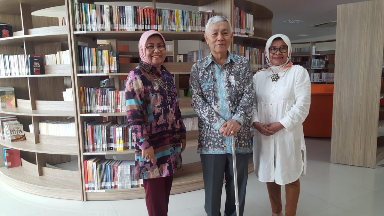 Jelang Peresmian Perpustakaan Baru Pascasarjana UNJ, Prof Tilaar Berkunjung Sumbangkan Buku